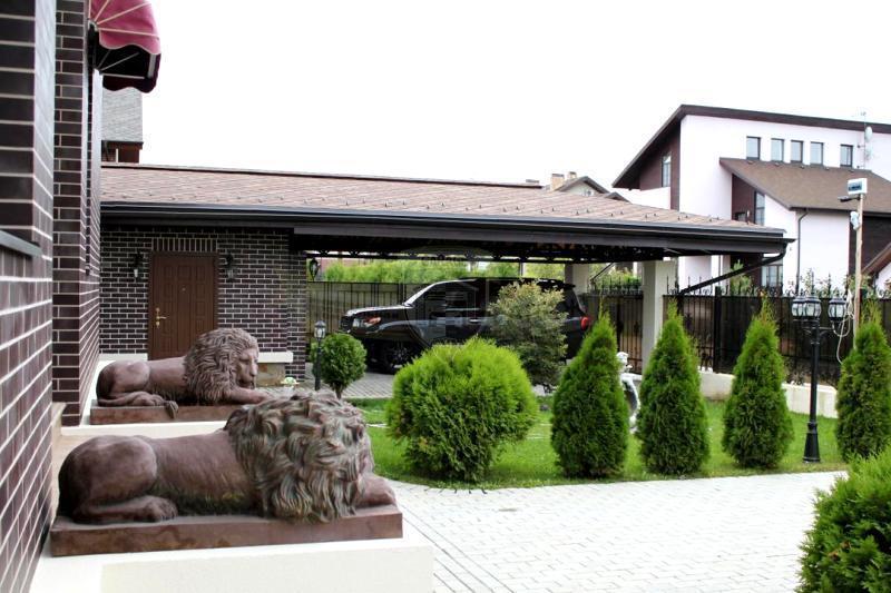 Навес плюс гараж плюс жилое двухэтажное строение